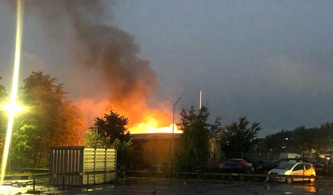 Branden kort efter explosionen.