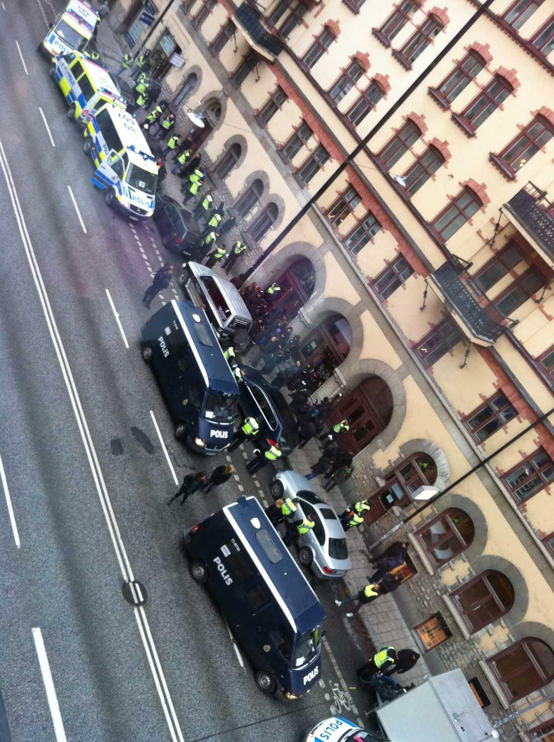 Hornsgatan Här visiterar polisen demonstranter.
