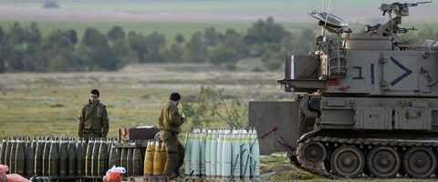 Israeliska soldater förbereder strider vid gränsen till norra Gaza.