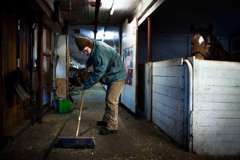 Tobias jobbar i en ladugård. Favoritsysslan är att sopa.