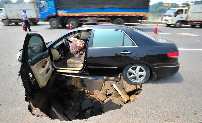 Änglavakt Föraren hade inte en chans att stanna när motorvägen rasade in, han hade dock tur och klarade sig relativt oskadd.