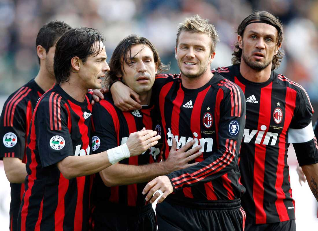 Firar tillsammans med medspelarna i Milan efter att Andrea Pirlo gjort mål på straff mot Siena i mars 2009.