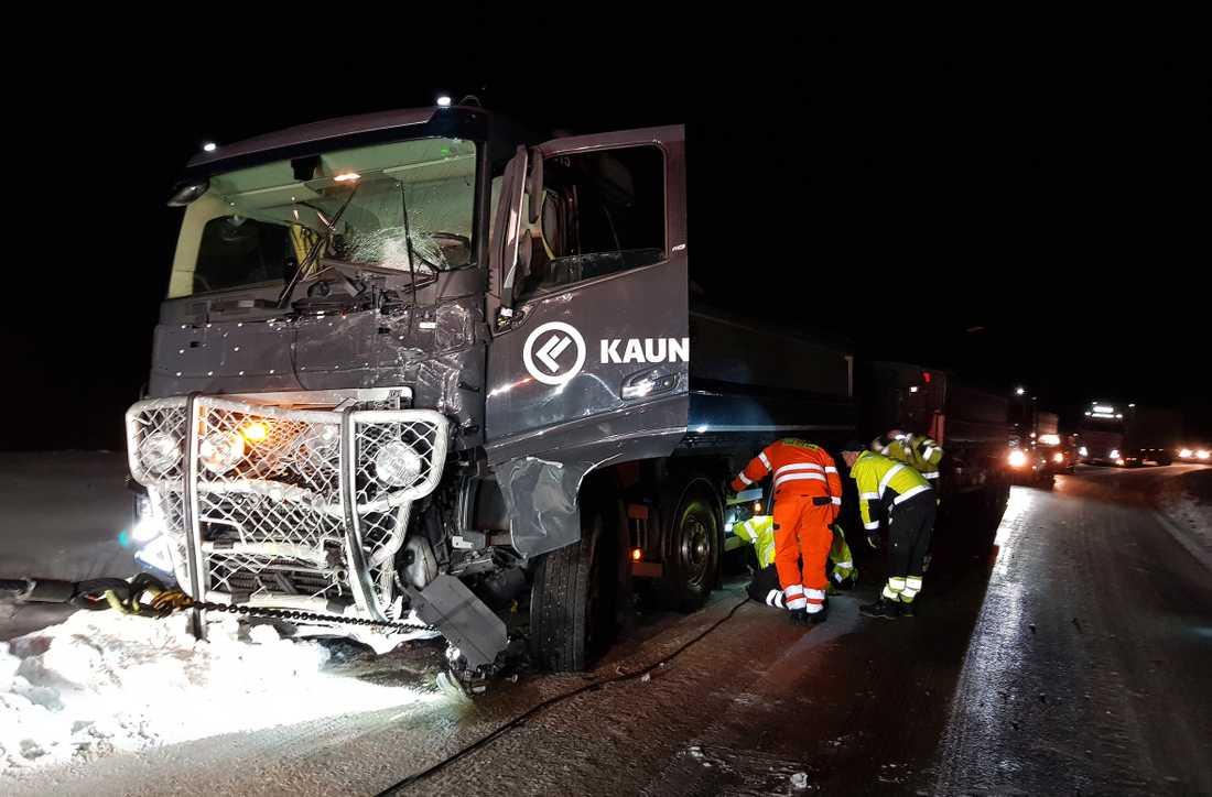 En malmbil frontalkrockade med en minibuss på länsväg 395 vid Masugnsbyn. Sex personer omkom.