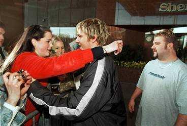 FÅR EN KRAM AV IDOLEN Backstreet Boys-stjärnan tog farväl av de svenska fansen i går. Men snart får de chansen att se honom igen. Nick Carter kommer nämligen tillbaks om några månader för att fortsätta att spela in låtar.