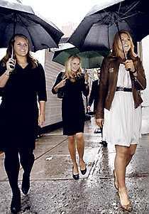 Madeleine med två väninnor i New York 2008.