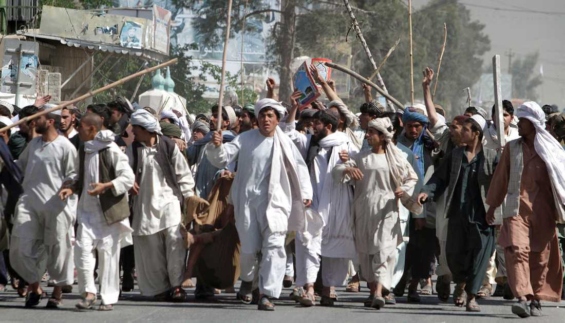 Under lördagens protester skedde flera dödsfall i Kandahar. I dag, söndag, marscherar demonstranterna mot FN-högkvarteret.