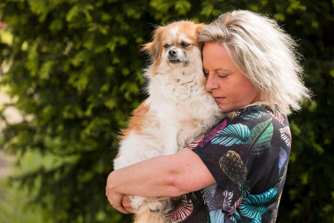 """Hunden Ebba är Jessicas livlina. """"Jag tror inte jag hade överlevt utan henne"""", säger hon."""