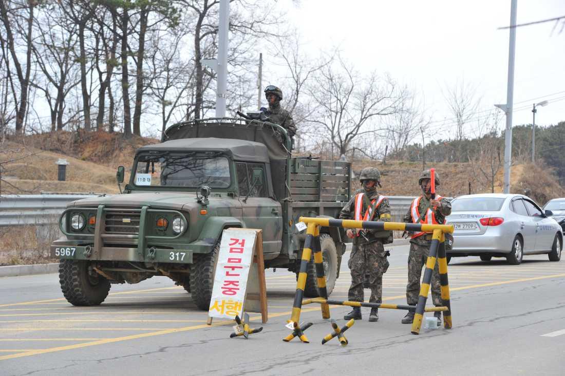 """På vakt under övning. Sydkoreanska soldater står vakt vid en """"check point"""" under en övning."""