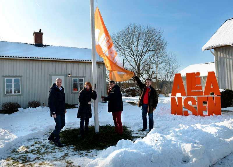 Flaggades det på halv stång efter beskedet om Annie Lööfs låga förtroende hos C-sympatisörerna som presenterades i går? Nej då, flaggan var på väg upp i topp under Alliansjippo i Småland.