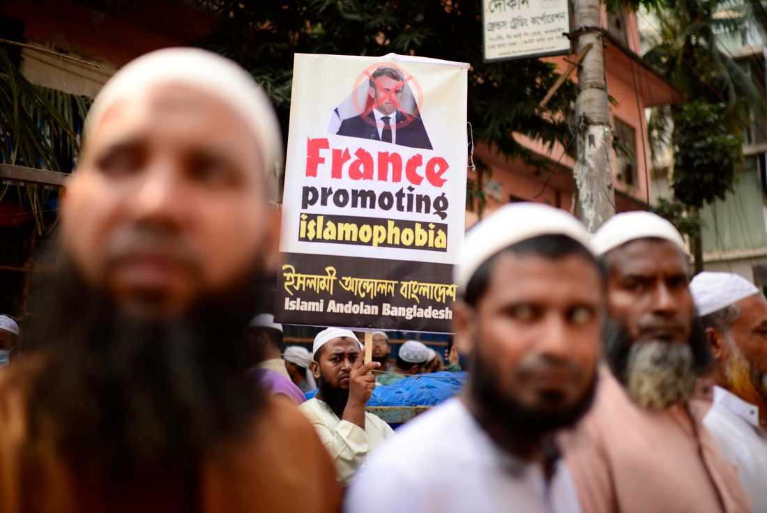 Demonstranter i Dhaka i Bangladesh under en protest i tisdags mot Frankrikes president Emmanuel Macron.