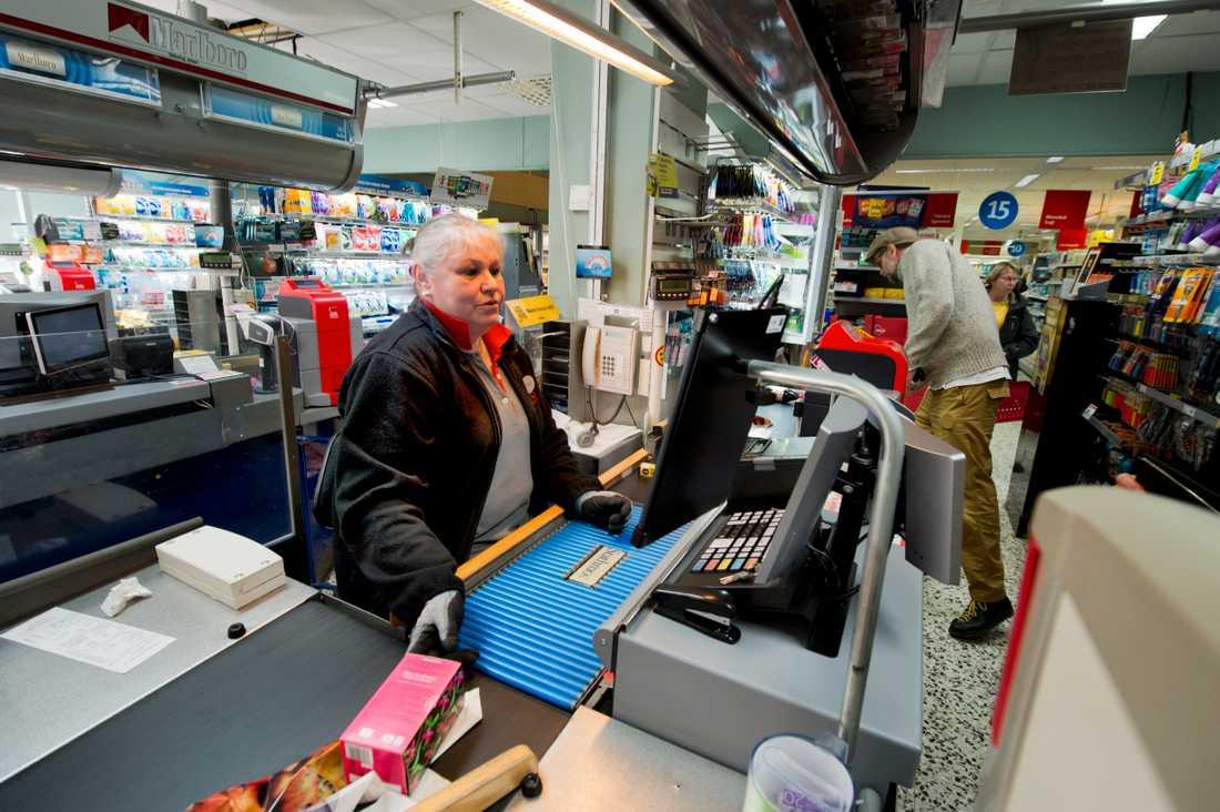 På Ica Supermarket i Simrishamn, jobbar Lena Barrborn i kassan. Dagligen möter hon uppemot 1 000 kunder i butiken. Något annat skydd än handskar har hon inte än så länge.