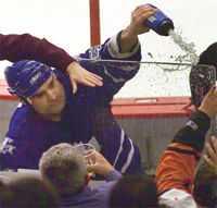 Tie Domi är en av NHL:s mest ökända spelare. Det här tilltaget slutade med att en man i publiken kastade sig över plexiglaset och in i utvisningsbåset.