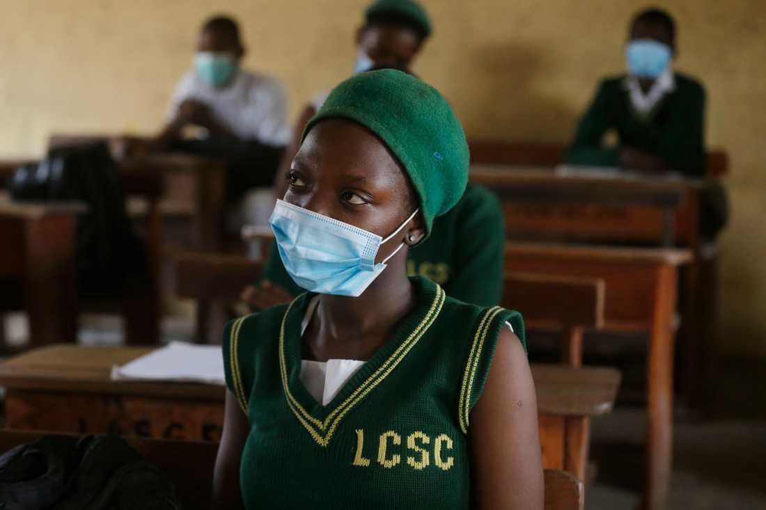 Studenter i Lagos bär munskydd för att skydda sig mot coronaviruset. Arkivbild.
