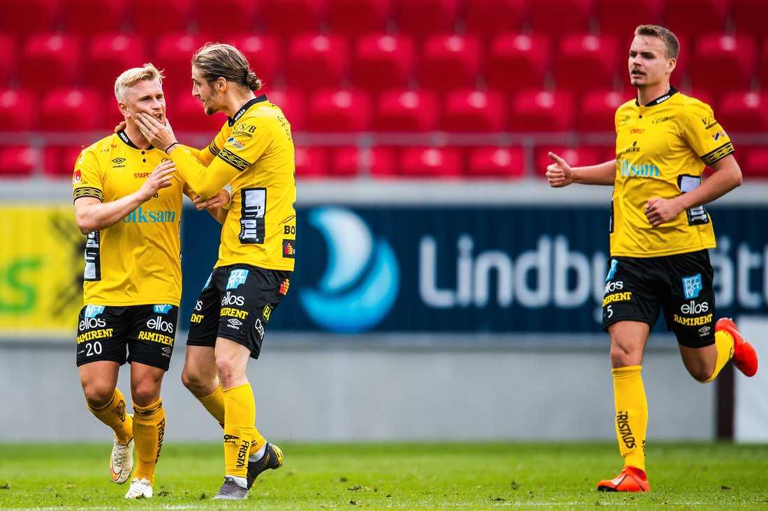 Simon Strand och Pawel Cibicki jublar efter 1–1-målet.