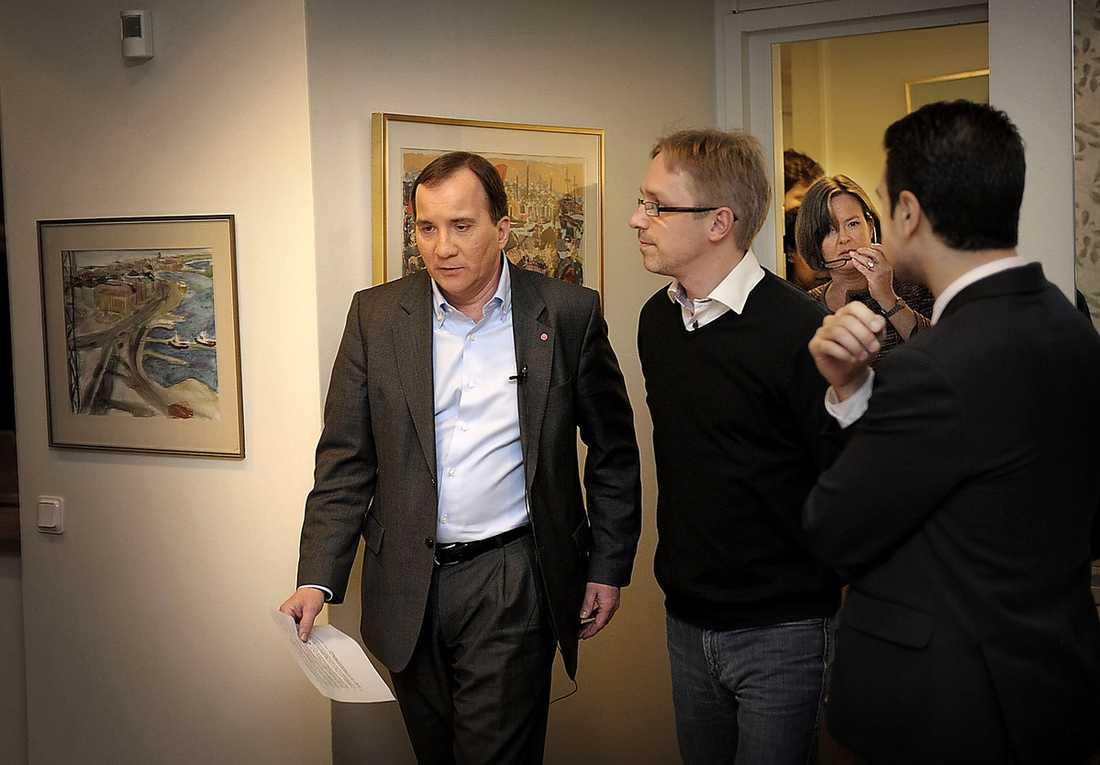 Stefan Löfven anländer till presskonferensen.