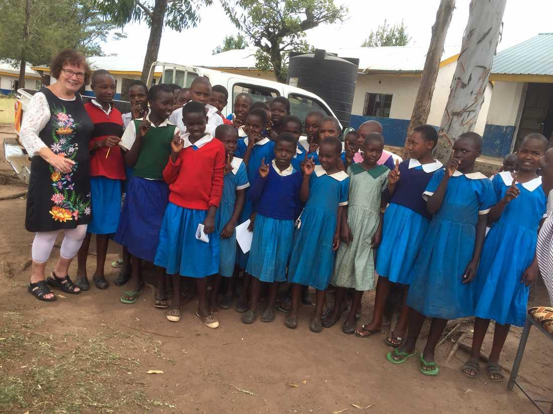 Gunilla med flickor från Kuriastammen i Kenya, dit hon rest flera gånger.