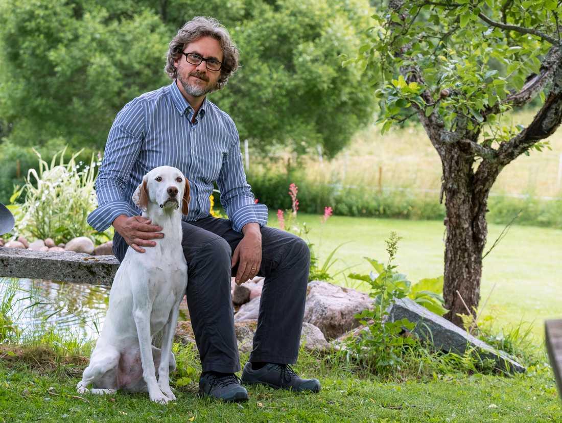 """""""INGEN PINA"""" Veterinär Andrea Bevilacaua med sin hund Giuseppina. """"Mamman är engelsk sett, pappan vet man inte. Mamman hittades dräktig och räddades då"""", säger Andrea som fick hem """"Pina"""" när hon var fem månader gammal. """"Hon är duktig, snäll, intelligent och helt frisk"""", säger han."""