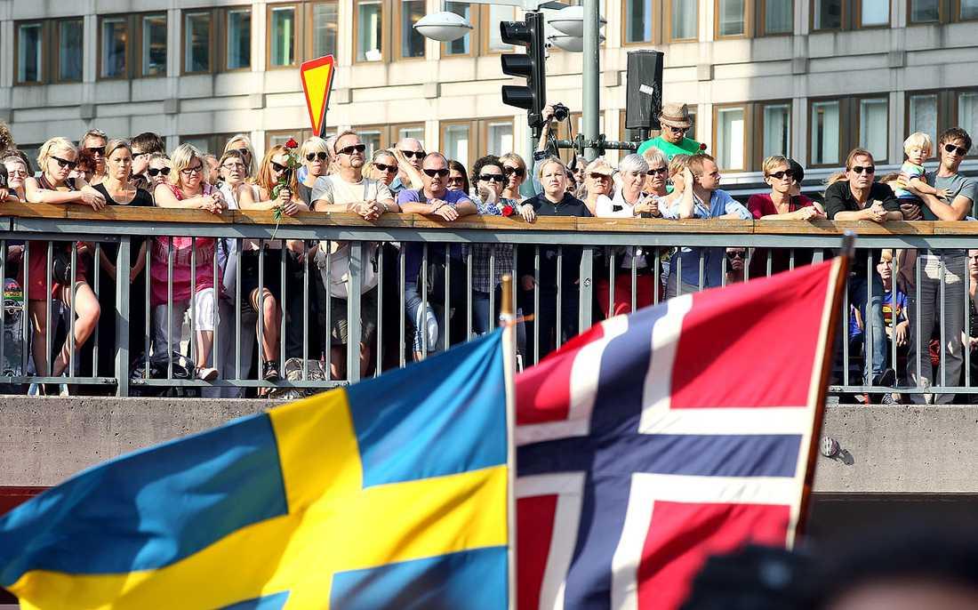 Svenska och norska flaggan vajade i vinden.