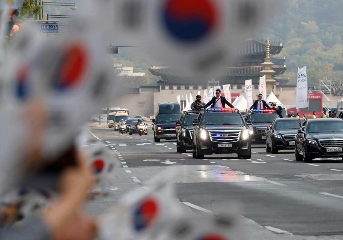 Mycket folk med sydkoreanska flaggor kantatade konvojens väg ut ur huvudstaden Söul.