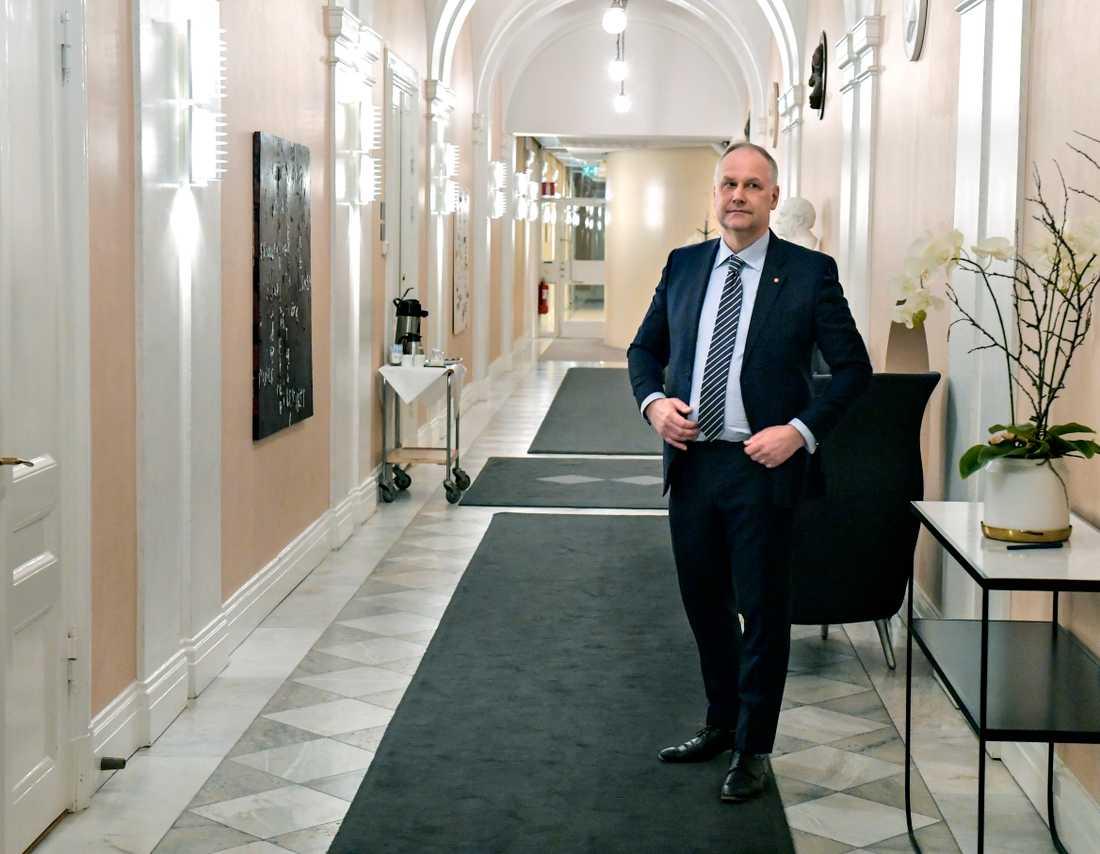 Vänsterpartiets partiledare Jonas Sjöstedt utanfär talmannens kontor i riksdagshuset.