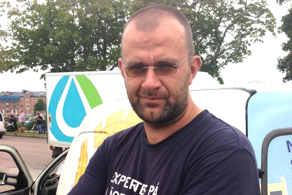 VITTNET Niklas Wall, 41,  kom körande genom Gävle när han fick syn på 40 personer i fullt gängslagsmål med påkar och stenar.