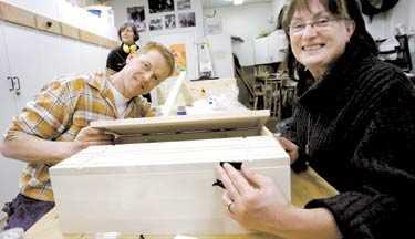 Håller låda Stefan Grahn, lärare i snickeri på Medborgarskolan, ger eleven Berit Niklasson Weber en hjälpande hand.