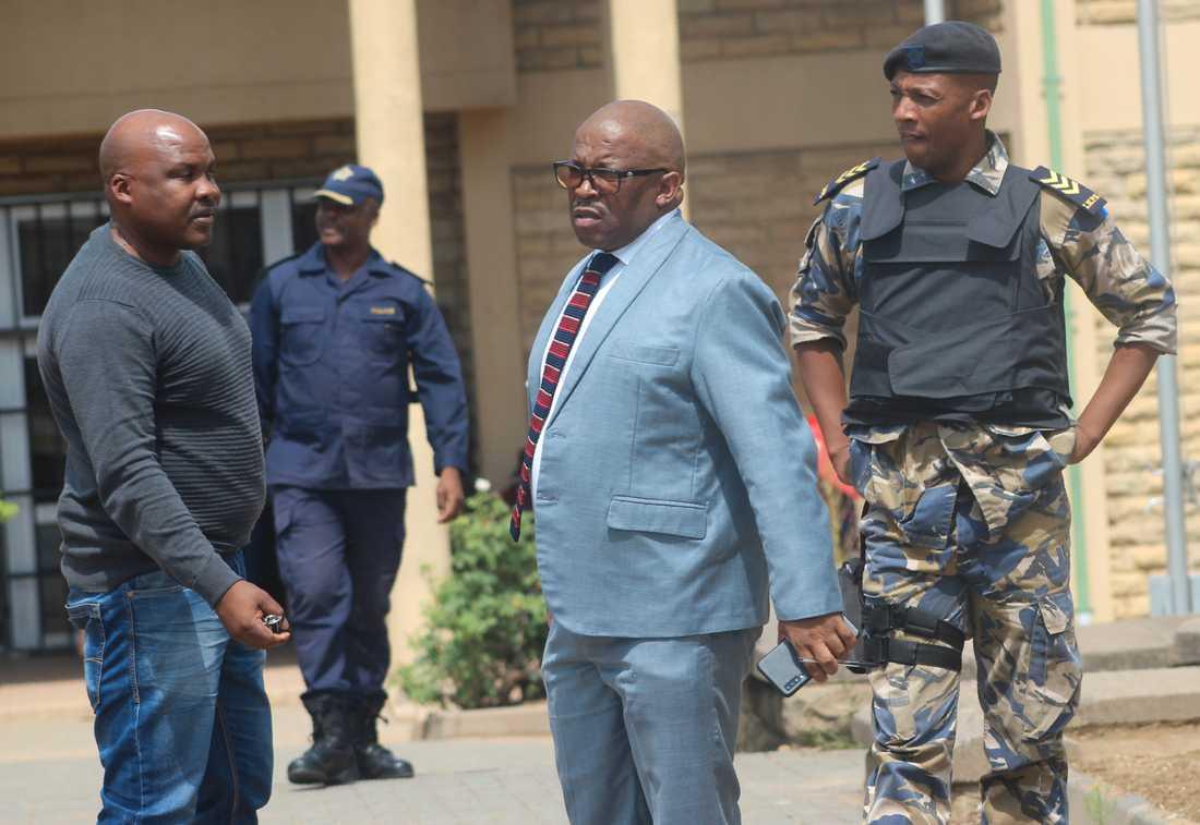 Lesothos vice polischef Paseka Mokete (mitten) utanför domstolen i Maseru på fredagen, där Thomas Thabane skulle ha infunnit sig.