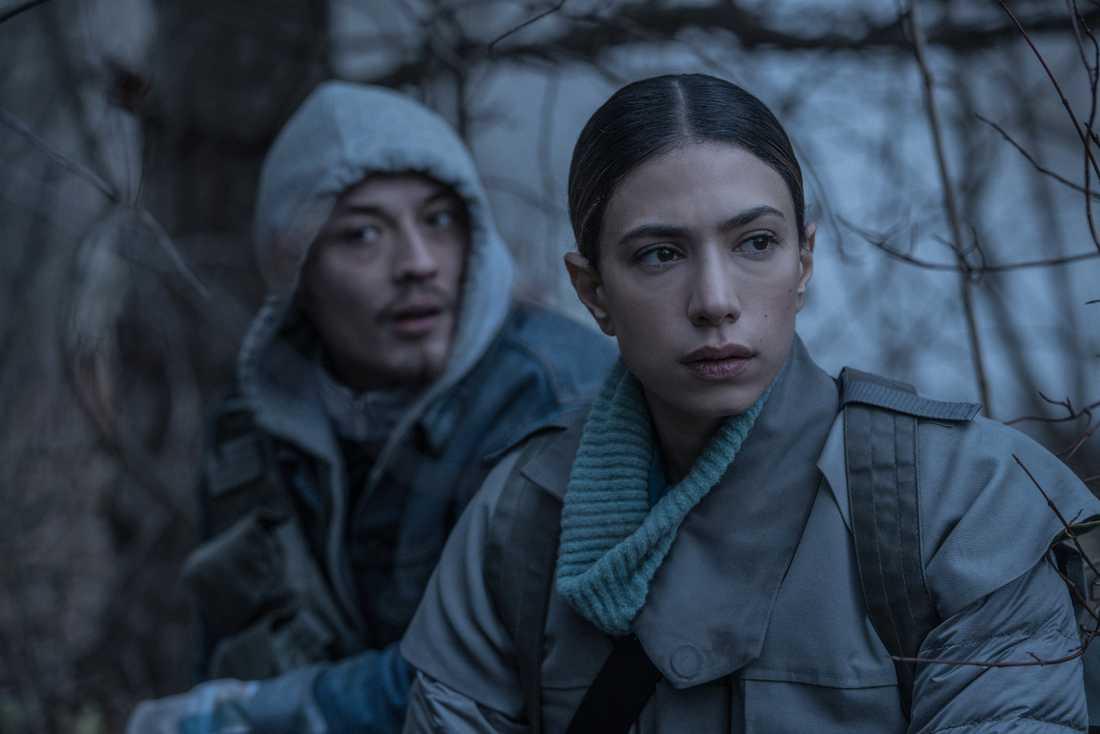 """Lukas Løkke och Evin Ahmad. Ahmad gör rollen som Apollon-soldaten Kira i säsong två av """"The rain"""". Pressbild."""