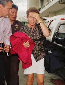 DÖMD TILL 50 ÅRS FÄNGELSE I THAILAND Karolina Johnsson greps på flygplatsen i Bangkok med 6,8 kilo heroin i bagaget. Hon dömdes till 50 års fängelse, det längsta straff en svensk fått i Thailand. Här med Aftonbladets Richard Aschberg och en thailändsk polis.