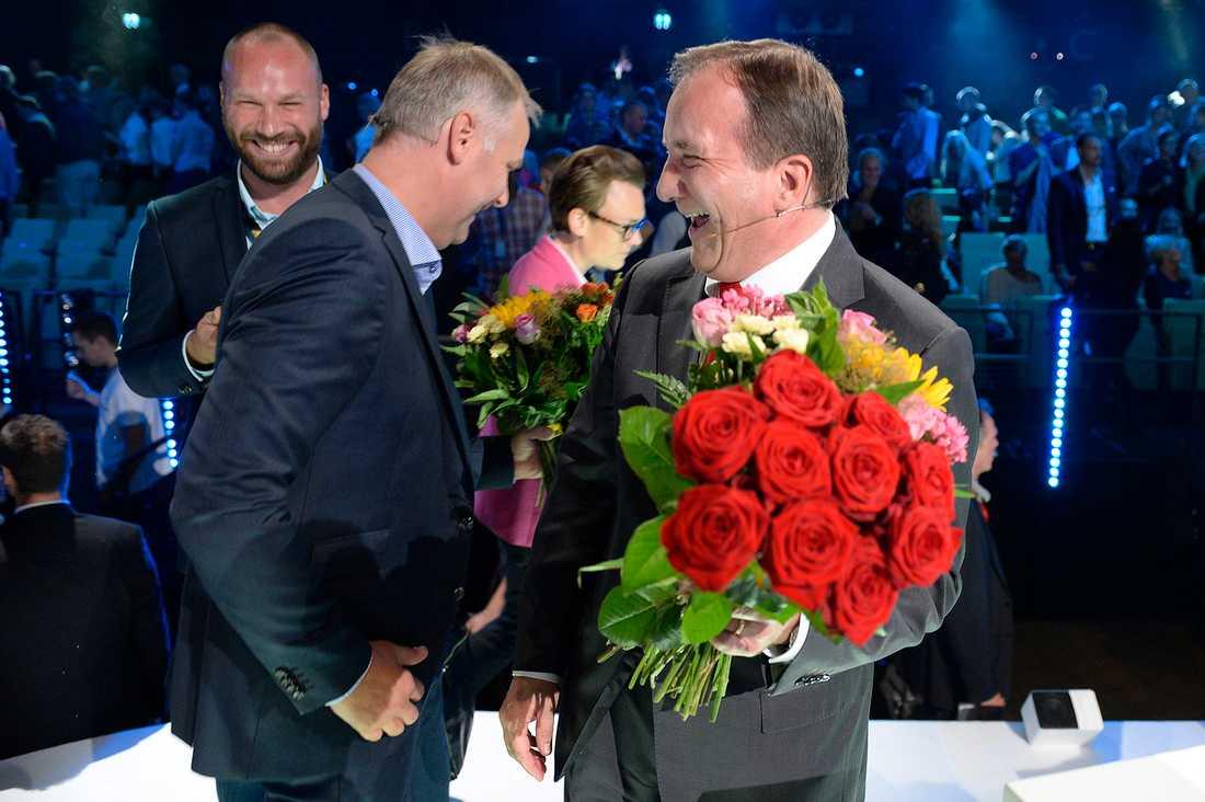 Jonas Sjöstedt (v) och Stefan Löfven (s) lättade efter debatten.