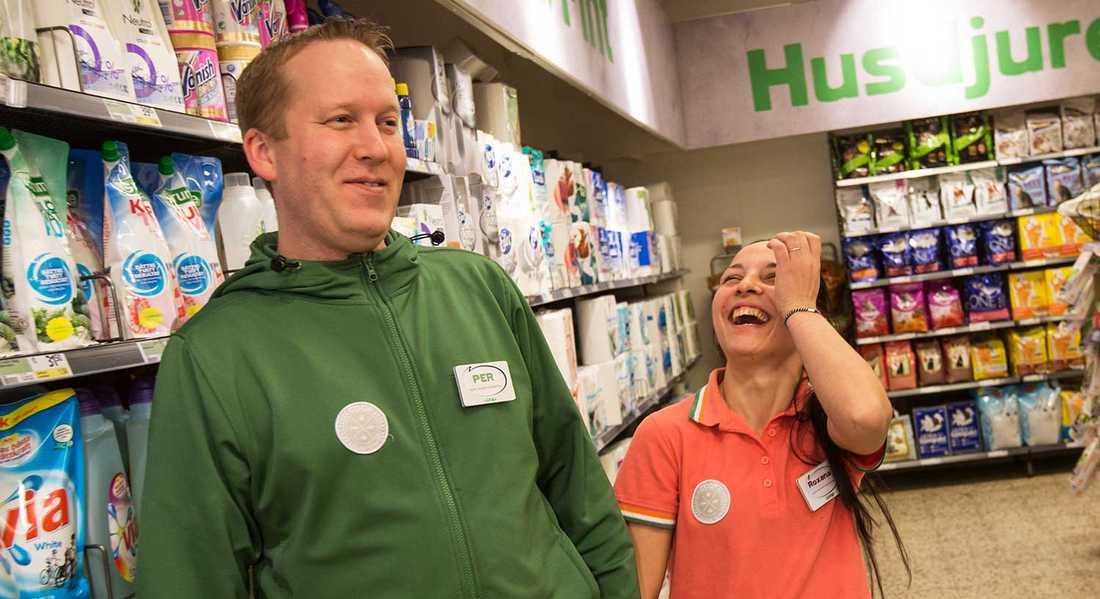 """– Hon är jätteduktig och snabb. Hon gör allt som vi andra gör, förutom att sitta i kassan. Vi är väldigt nöjda"""", säger Per Törnblad, säljchef i butiken."""