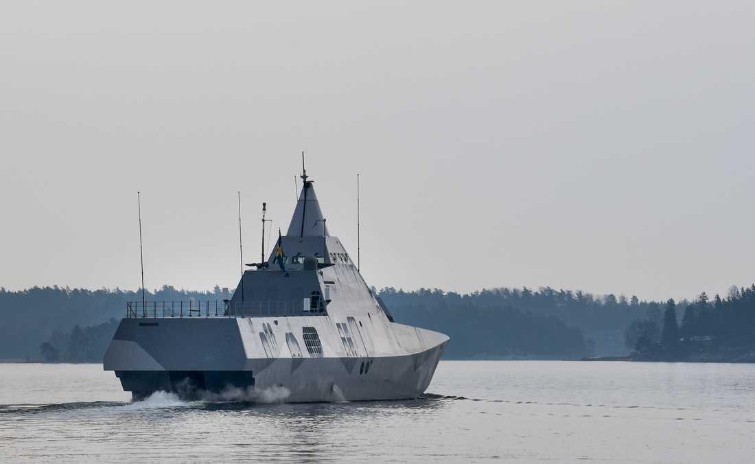 Den svenska militära korvetten Härnösand, av Visby-klass, lämnar hamnen i Berga för en militär ubåtsjaktövning utanför Nynäshamn. Arkivbild.