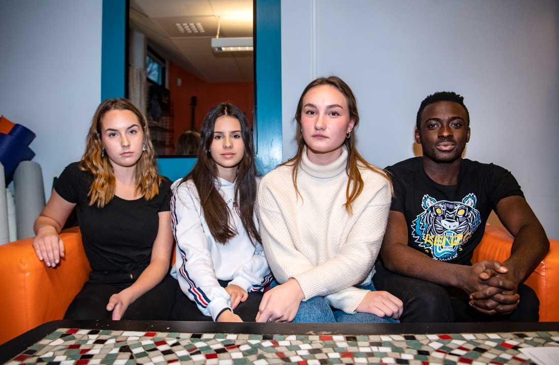 Alina Karlsson, Enna Batkic, Ottilia Andersson och Emmanuel Brew från Finnvedens gymnasium i Värnamo under en utbildningsdag i Växjö mot sexuella kränkningar.