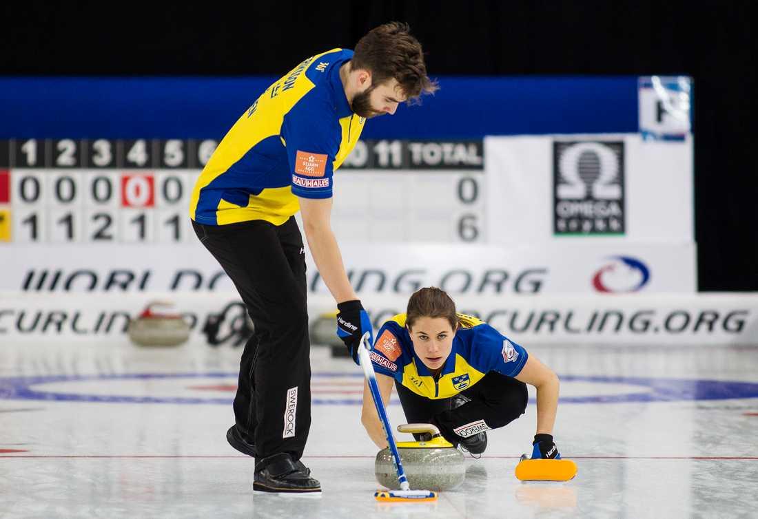 Anna Hasselborg och Oskar Eriksson under curling-VM i Stavanger.