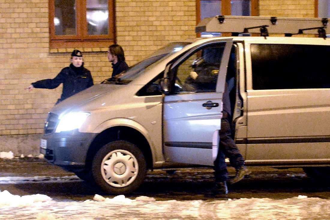 Polisens tekniker anländer till platsen.