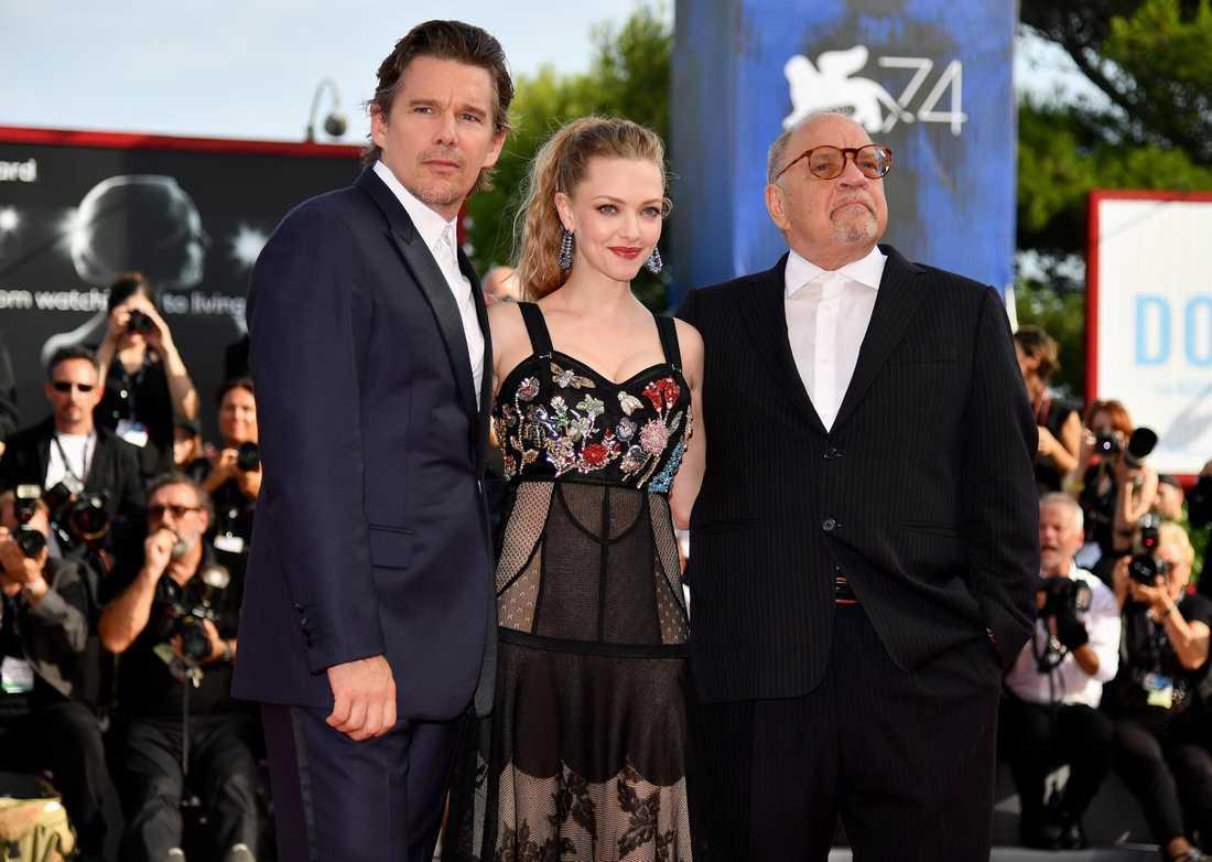 Amanda Seyfried tillsammans med Ethan Hawke och regissören Paul Schrader.