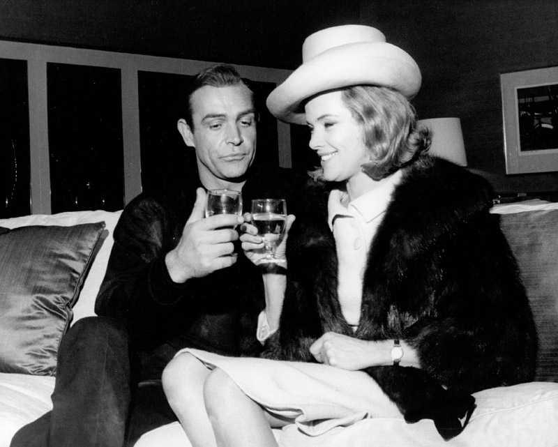 """James Bond och Pussy Galore under inspelningen av """"Goldfinger""""."""