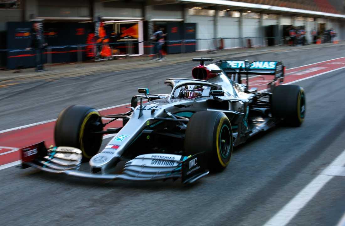 Lewis Hamilton i Mercedes tidigare vitsvarta bil. Den nya är helsvart. Arkivbild.