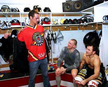 """KOMPISAR FRÅN FÖRR Alexander Skarsgård är polare med spelarna i Luleå Hockey. """"Klart man håller på Luleå. Jag lärde känna spelarna när vi gjorde """"Järngänget"""""""", säger han. På bilden hälsar han på kompisarna Stefan""""Skuggan"""" Nilsson och Thomas """"Bulan"""" Berglund inför kvällens match mot Södertälje."""
