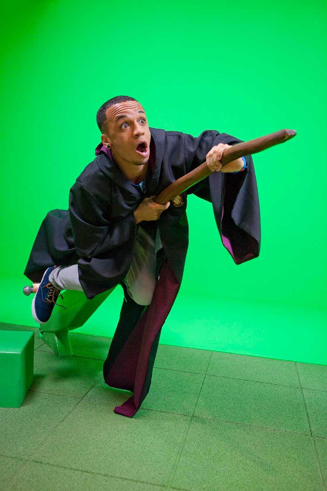 Nummer tio – Aston Merrygold är medlem i pojkbandet JLS. Här leker han Harry Potter.