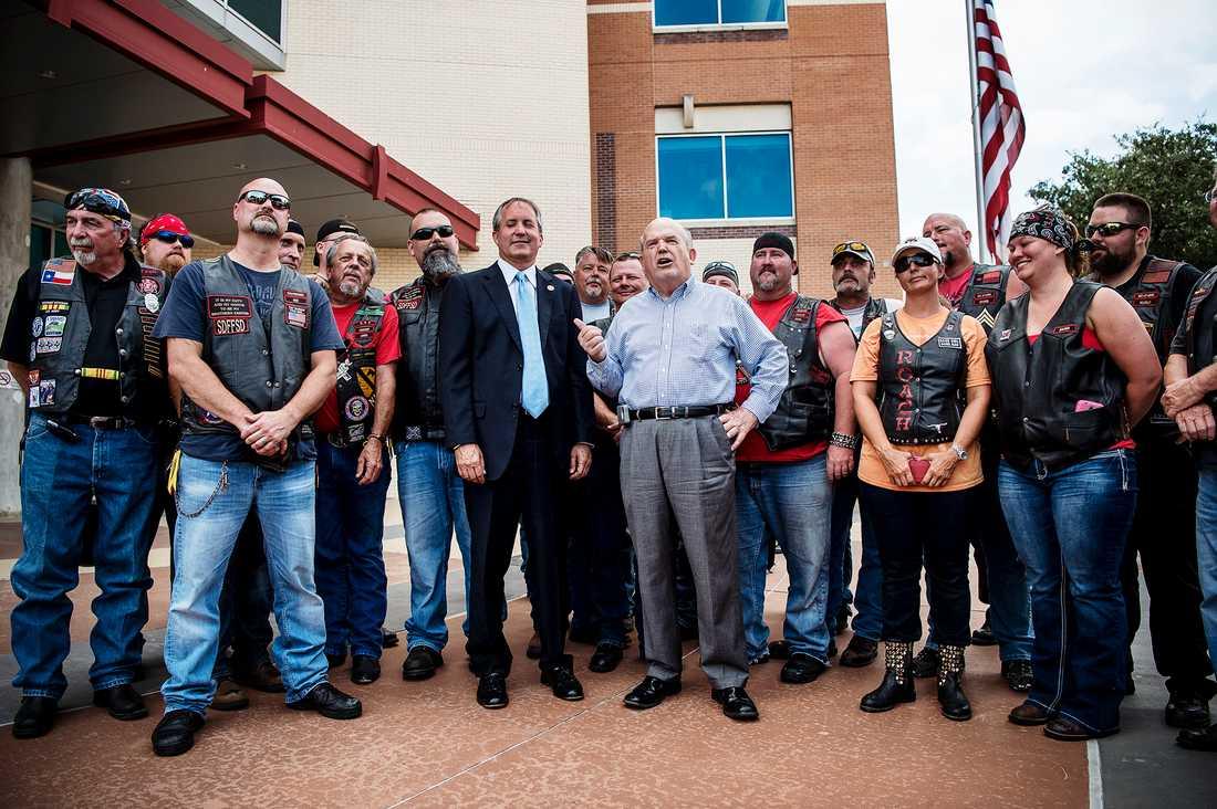 Dallas två dagar efter polisskjutningen. Texas Attorney General Ken Paxton träffade politiker tillsammans med ett MC-klubb bestående av gamla poliser.