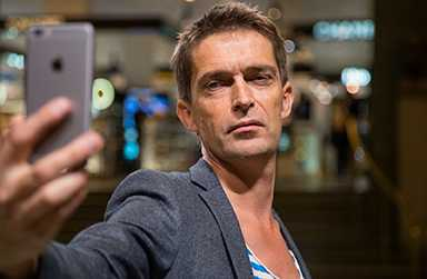 Anders Johansson, författare och litteraturvetare, har skrivit två böcker om kärlek och manlig sårbarhet.