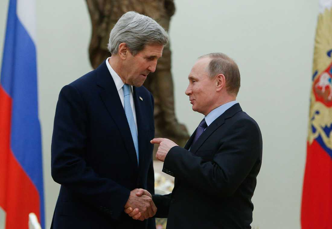 USA:s utrikesminister John Kerry skakar hand med Rysslands president Vladimir Putin.
