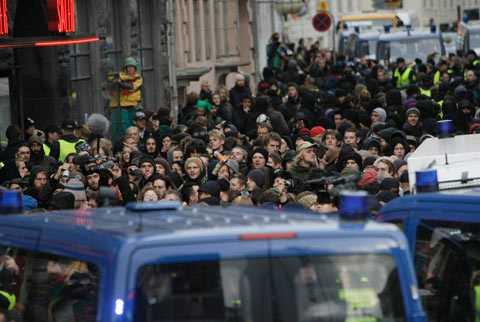 Polisen blockerade vägen för demonstranterna.