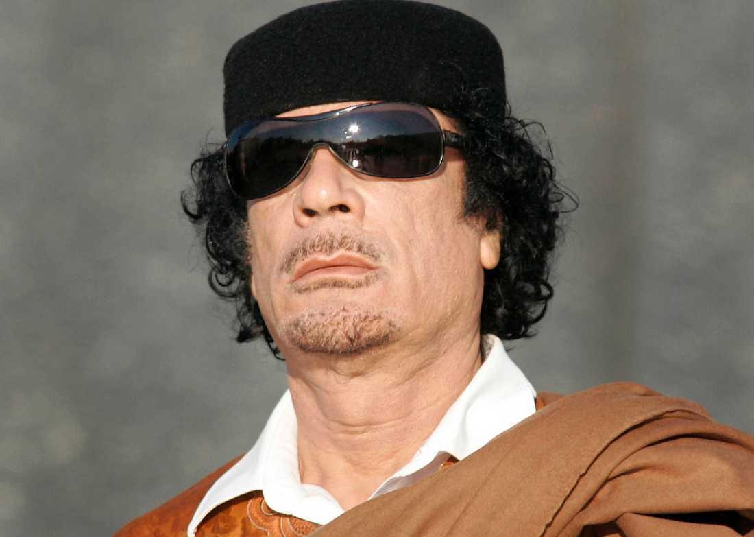 På flykt Muammar Gaddafi försökte fly till Algeriet – men stoppades av landets president.