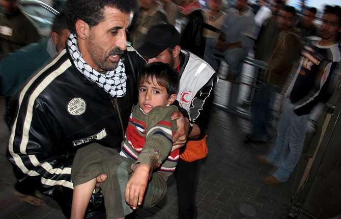 En palestinsk pojke förs till sjukhus efter en missilattack mot östra delarna av Gaza city under måndagen.