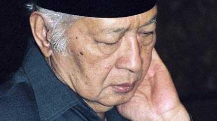 En polisofficer tillkännagav Suhartos död för journalister på sjukhuset.