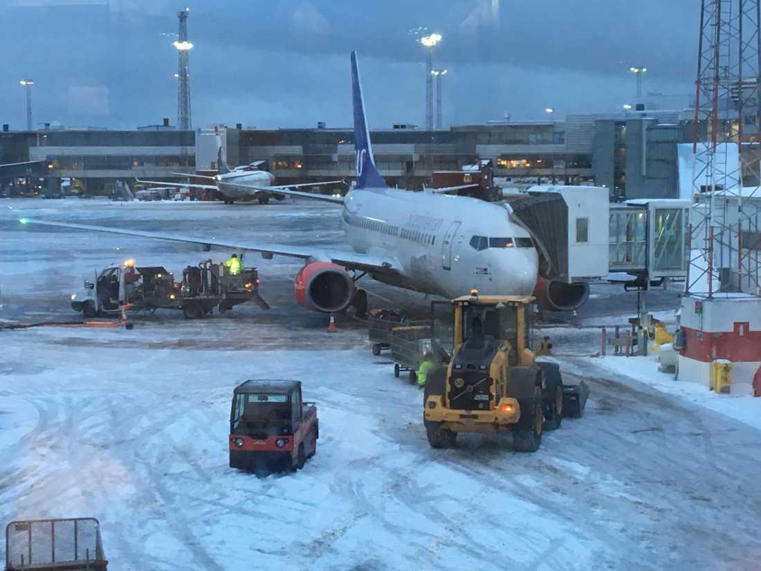 Ett tiotal avgångar på  Arlanda är försenade – då planen inte kan lastas.