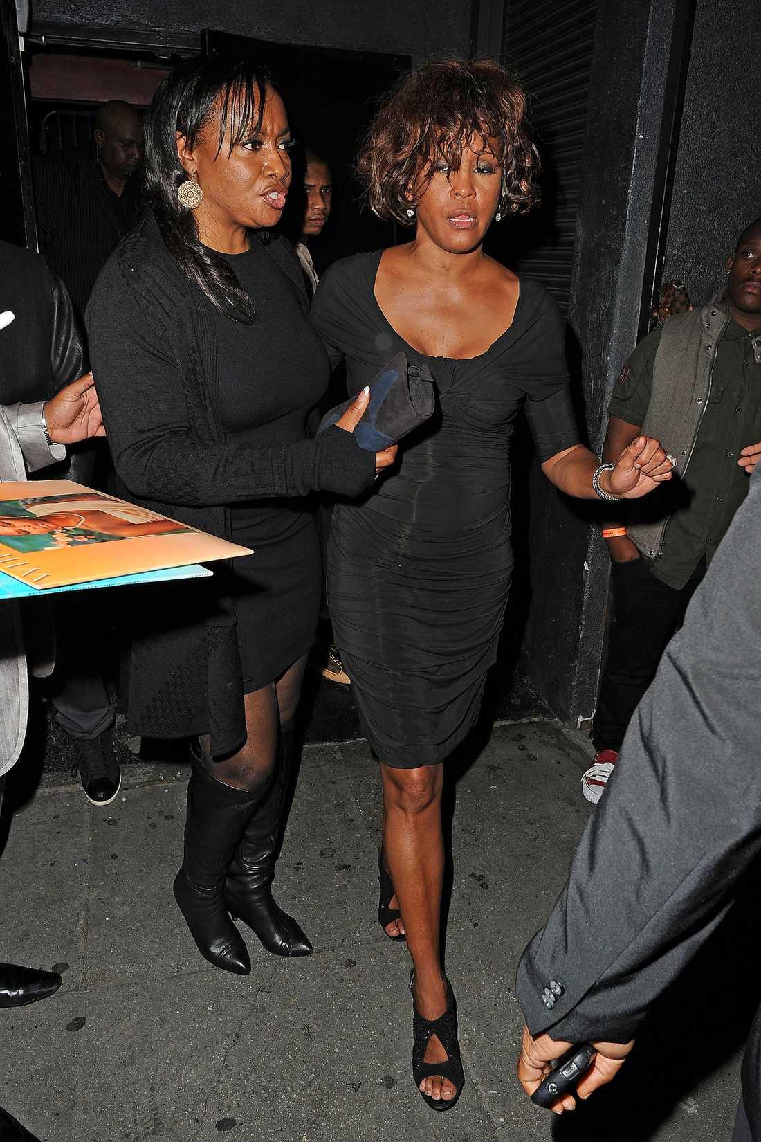 EN TRAGEDI  Whitney leds ut från nattklubben Tru i Los Angeles så sent som i torsdags. Comebacken 2009 blev inte som den skulle – tvärtom. Flera av hennes då utsålda konserter slutade i att hon fick lämna scenen till publikens burop. Nyligen ryktades det att hon var på gränsen till personlig konkurs.