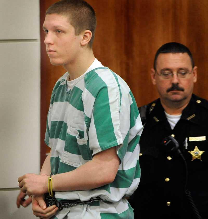 Minst 23 år i fängelse Daniel Petric lurade sina föräldrar och sa att de skulle få en överraskning. Då sköt han dem.